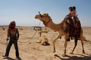 Sophie et Audrey, les filles de Stéphanie Bolduc, à dos de dromadaire en Jordanie