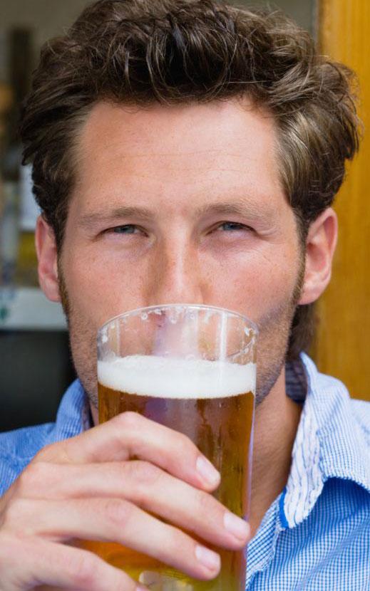 Après quelques verres, les hommes sont-ils plus attirants?