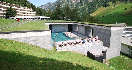 800px-Therme_Vals_outdoor_pool,_Vals,_Graubünden,_Switzerland_-_20090809
